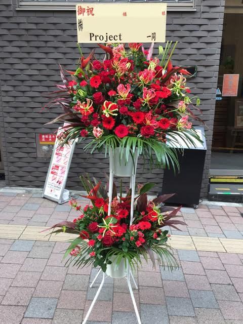 渋谷の劇場へスタンド2段レッド系